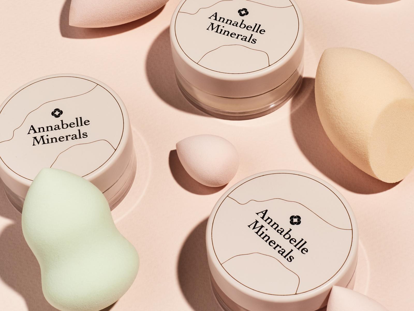 Przy cerze mocno przetłuszczającej się, warto spróbować aplikacji podkładu mineralnego gąbką do makijażu Softie Annabelle Minerals